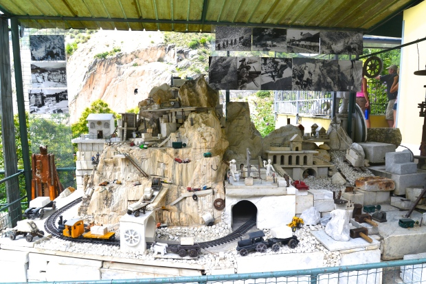A replica of how the marble quarrying works.